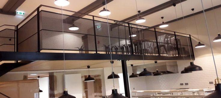 LYON - Réaménagement d'un restaurant - Fabrication et pose de mezzanines et escaliers.