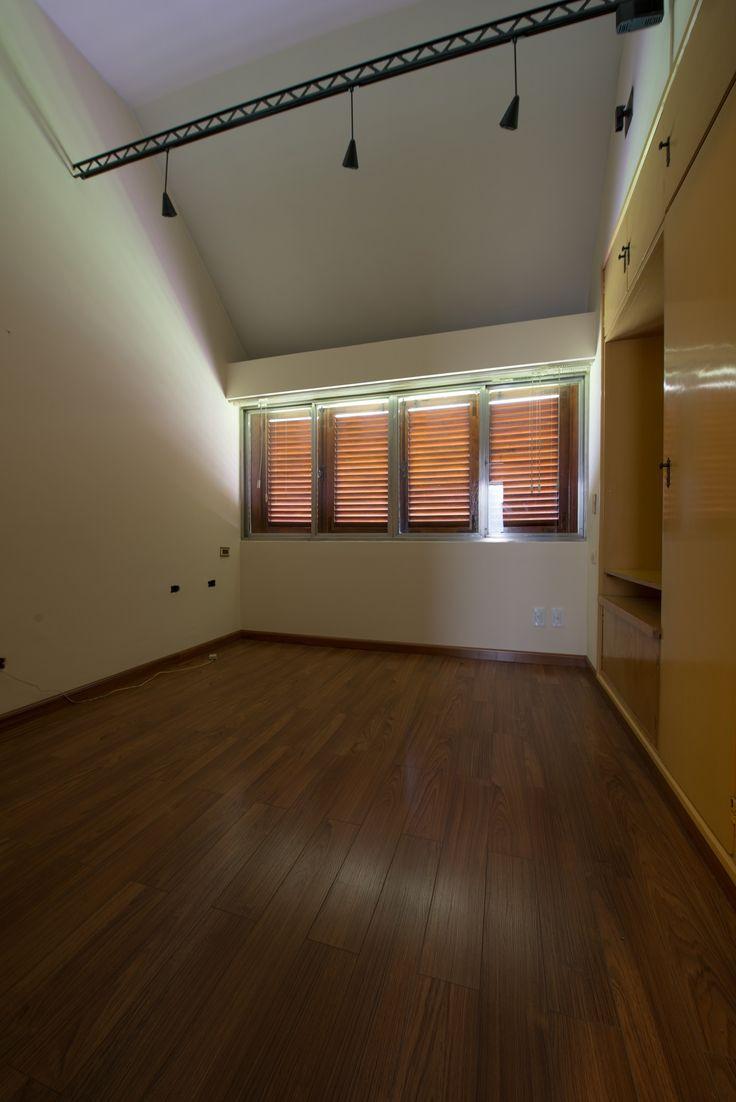 La habitación que observamos es muy versatil. Puede ser para uso tanto de dormitorio como de escritorio. tiene sus muebles empotrados de lado derecho. Su piso es flotante.