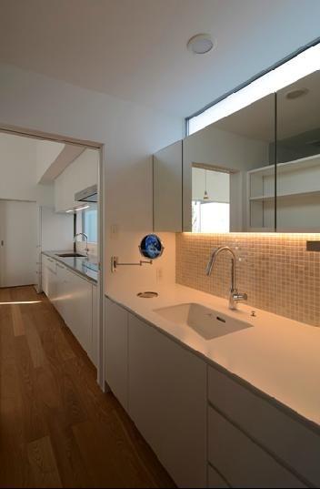 専門家:が手掛けた、キッチンとつながる洗面室(『YM-house』光と風を採り込む方流れ屋根の家)の詳細ページ。新築戸建、リフォーム、リノベーションの事例多数、SUVACO(スバコ)