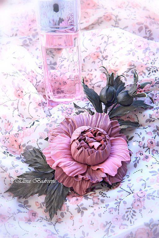 Купить или заказать Веточка розы 'Предрассветная нега' в интернет-магазине на Ярмарке Мастеров. Веточка с цветком розы и двумя бутонами 'Предрассветная нега' Оригинальное украшение из натуральной итальянской кожи двух оттенков нежно-розового и кожи благородного зеленого цвета. Диаметр цветка 7 см. Размер броши 12 на 14 см. Крепление - брошечная булавка.…