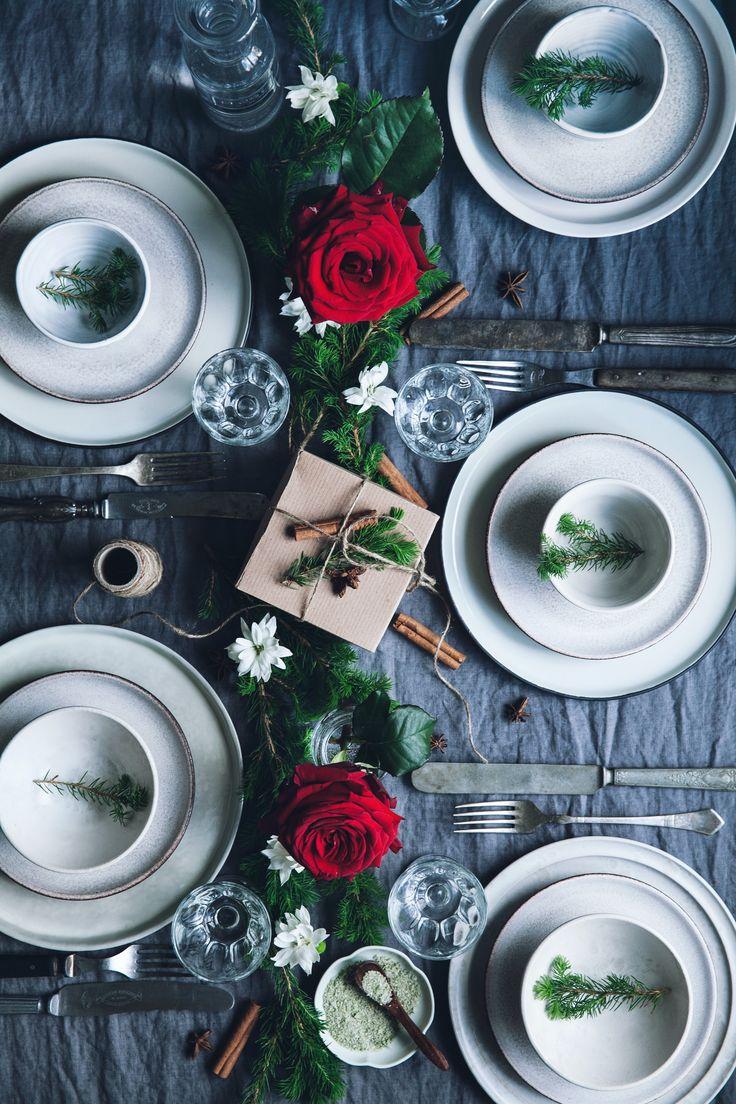 Duka upp inför julens fester med blommor och växter i rött, vitt och grönt