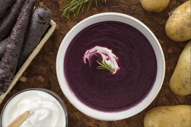 La vellutata di carote viola è un cremoso primo piatto che vi stupirà per il suo sapore delicato e il suo colore viola intenso!