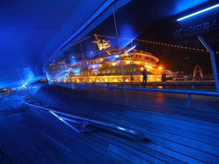 豪華客船「飛鳥Ⅱ」が停泊中の夜の美しい景色の横浜大桟橋。