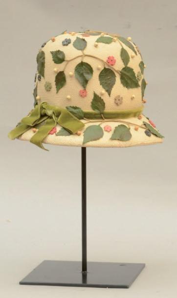 SCHIAPARELLI: Chapeau en paille crème, appliqué de feuillages et perles en bois. Circa 1960