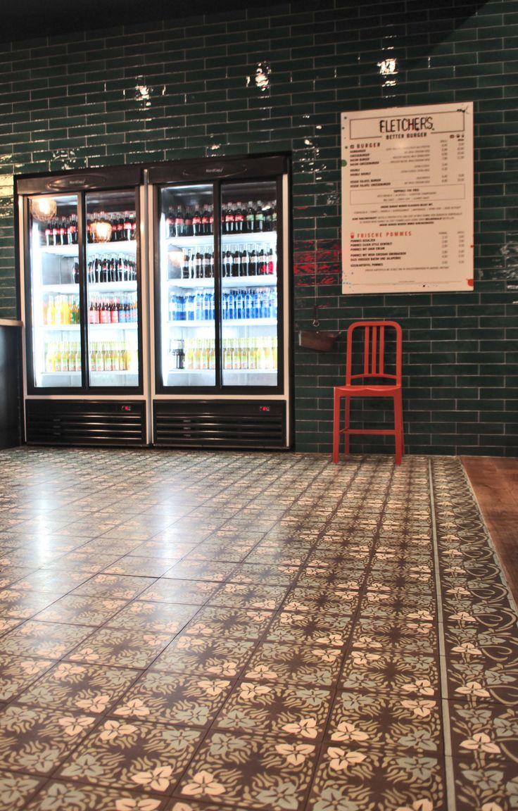 … #zementplatte #mosaik #blumenmuster #flowers #floral #braun #brown #bahnhof #station #boden #floor #tile #public #publicarea