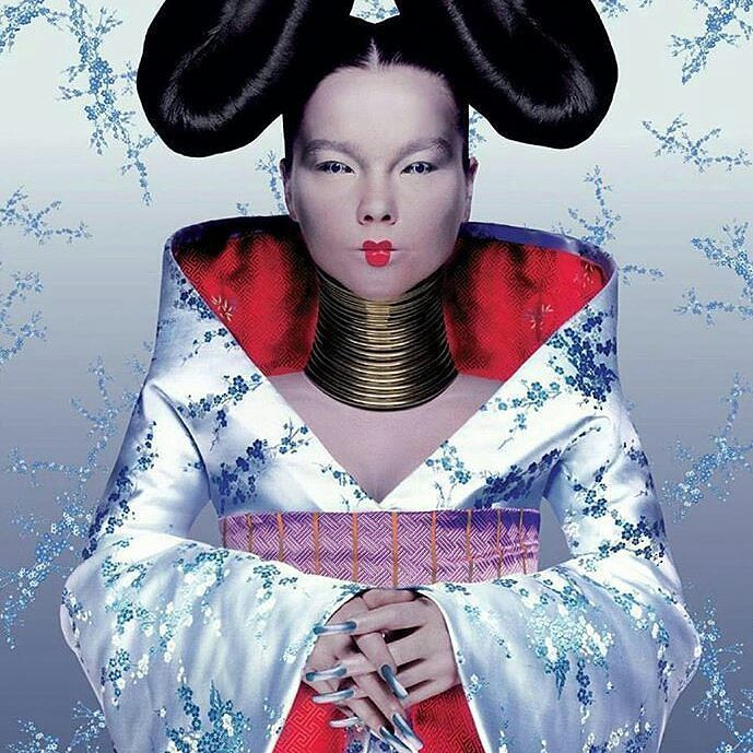 Necklace with ethnic inspiration for an avant-garde artist  Björk in the cover of Homogenic (1997) with a bespoke coiled neckpiece by Shaun Leane  Pic by Nick Knight. Regrann from @shaunleanejewellery  __________  Collar de inspiración étnica para una artista de vanguardia  Björk en la portada de Homogenic (1997) con un cuello en espiral de Shaun Lane  Foto de Nick Knight. __________  #DeJoyaEnJoya #FromJewelToJewel #JewelryBlog  #shaunleane #bjork #album #cover #artwork #homogenic…