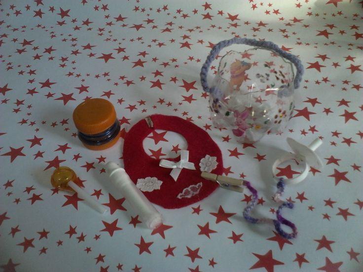 Canasta de Botella Plastica, Pote con tapas de botella, sonajero con blister de medicamentos mamadera con caño de sifones y chupete con aro de botella.