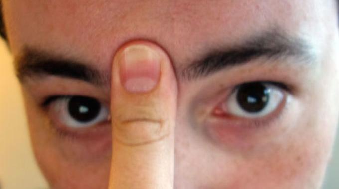 Pour déboucher vos sinus : 1. Appuyez votre langue sur le palais.   2. Placez un doigt entre vos sourcils et appuyez fort.   3. Maintenez cette position pendant 20 secondes.   Et voilà, vos sinus vont commencer à se déboucher et votre nez à couler :-)
