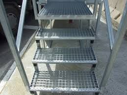 ESCALERAS TRAMEX  Las escaleras Tramex son unas rejillas electrosoldadas cuyos elementos metálicos están unidos entre sí, mediante una soldadura eléctrica, formando así una  malla. Los peldaños pueden ser de la medida que se desee.  Este tipo de rejilla se utiliza para  pasarelas, escaleras exteriores , escaleras de caracol, rejillas, valla, plataformas etc... Al ser una rejilla que tiene orificios, no acumula el agua ni la suciedad, por lo que la limpieza es muy fácil y es muy ligera…