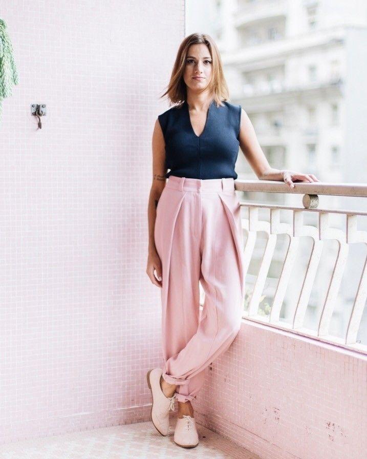 High-low para o escritório: calça de alfaiataria @crisbarrosofficial via @style_market  oxford comfy @lojapaulatorres  O combo traduz superbem a rotina dinâmica da @manuelarahal que de dia toca o próprio business e à noite comanda as pick-ups - ela faz as vezes de DJ na noite paulistana. Conheça mais a Manu clicando no link da bio e #shop todos os looks do editorial com ela... #iLoveeSP . . . #moda #fashion #style #ootd #photooftheday #picoftheday #decor #design #cool #look #beautiful…