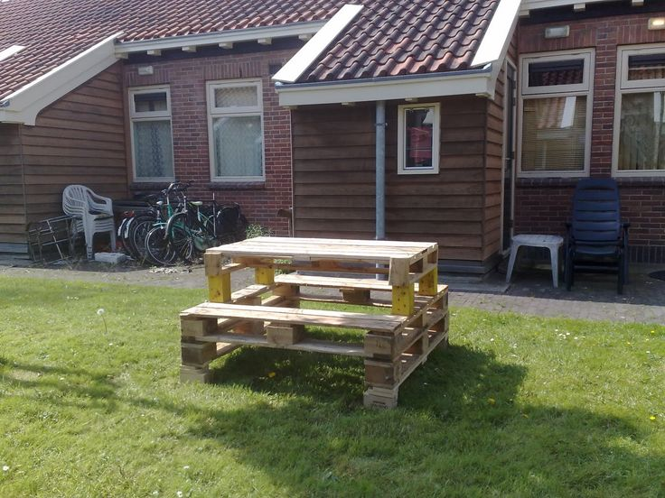 easy and good ideas using wooden pallets | ErieStuff: Pallet Picnic table