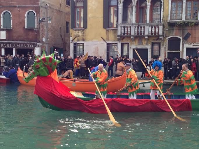 Sfilata sull'acqua  www.hotelsansamuele.com #venicecarnival #carnevalevenezia