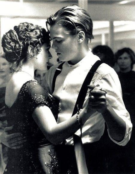 Leonardo DiCaprio & Kate Winslet.. en una escena de la película 'Titanic' de 1997..