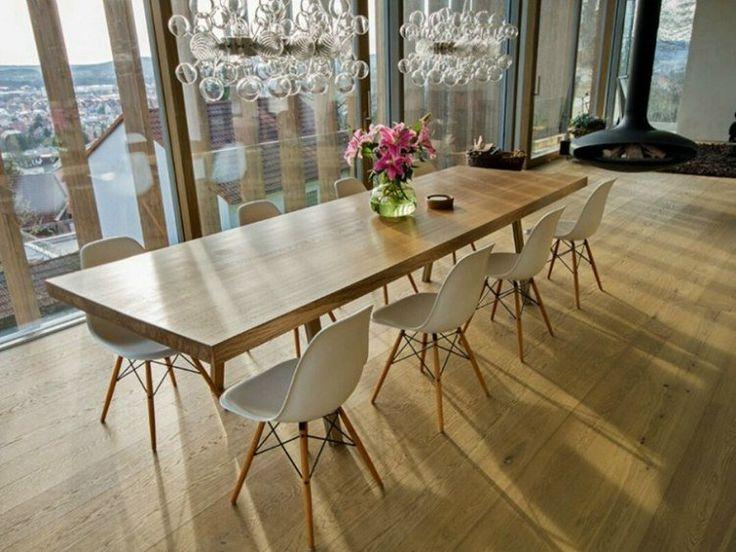 table bois massif élégante et longue avec chaises Eiffel