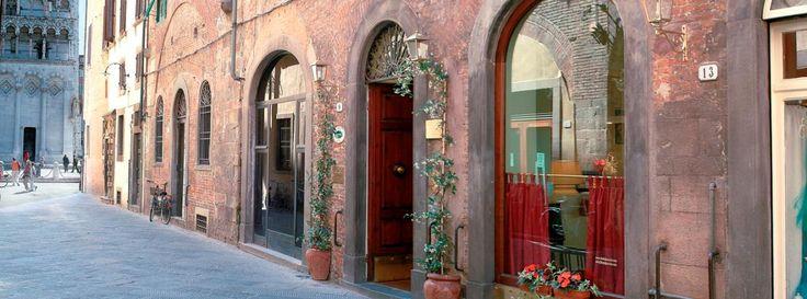 ...UN PICCOLO HOTEL A 3 STELLE, NEL CUORE DI UNA DELLE CITTÀ PIÙ BELLE D'ITALIA, VI ACCOGLIE CON TUTTO IL SUO CALORE, PROFESSIONALITÀ E CORTESIA. L' hotel si trova in pieno centro storico a due passi dalla casa natale del compositore Giacomo Puccini, in una zona particolarmente tranquilla. Vi stupirà con la cura dei particolari e Vi regalerà un ambiente rilassante e familiare.  Le camere, completamente rinnovate, sono dotate di TV LCD, cassaforte, bagno privato, connessione wi-fi.