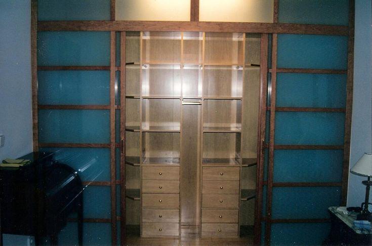 Vestidor realizado a medida con interior de madera y for Puertas interiores de madera con cristal