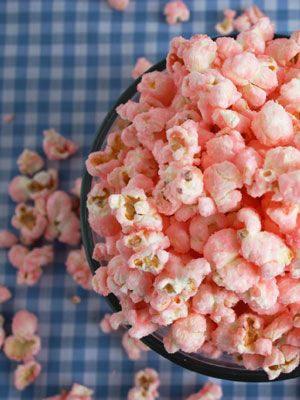 12 Great Popcorn Recipes PERFECT for wedding favors - including Old Fashioned Pink Popcorn! || Edible Wedding Favor || Wedding Favor Ideas || DIY Wedding Favor