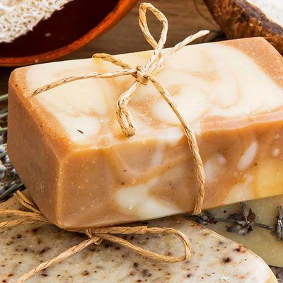 Seife herstellen - Seifen-Rezept: Seife mit Tonerde selber machen - Anleitung: Im Wasserbad schmelzen Sie die zerkleinerte Glycerinseife und fügen die pflegende ...