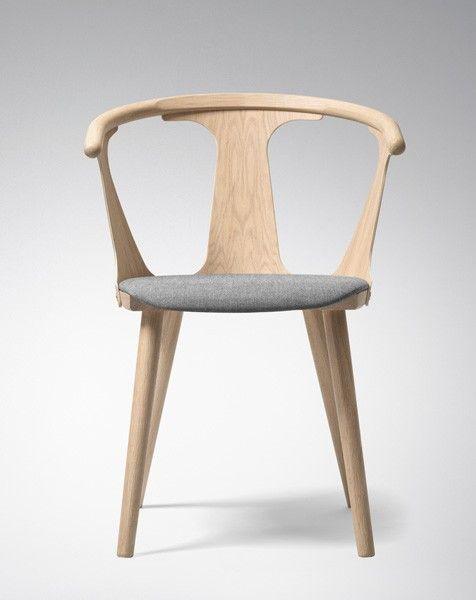 &Tradition In Between er en unik spisestol der designeren Sami Kallio har lekst seg med positive og negative former. Denne utgav