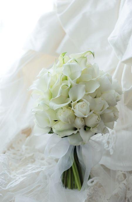 クラッチブーケ 帝国ホテル様へ カラーとバラのラグジュアリーブーケ : 一会 ウエディングの花
