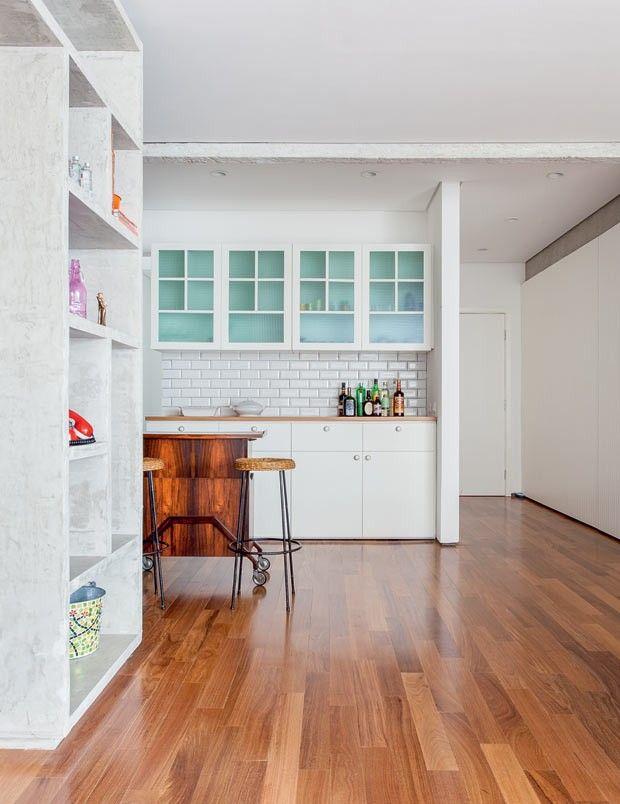 apartamento-arquiteto-Felipe-Hess-cozinha-integracao-bar-banquetas-madeira-neutro (Foto: Ricardo Bassetti/Divulgação)