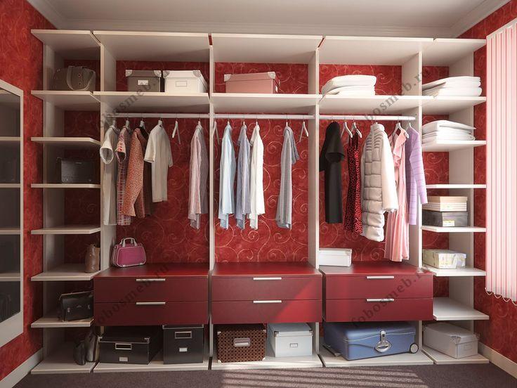 На фото: Вместительная и светлая гардеробная комната