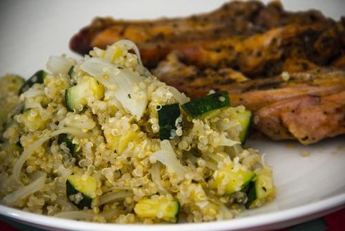 Quinoa con zapallitos italianos y cebolla y costillas de pavo asadas.