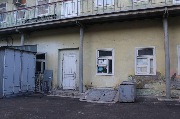 Аренда офиса по Базарная 59 Просторный кабинет в центре города, в тихом месте с дворовым входом. В цену аренды включены коммунальные платежи и налоги.