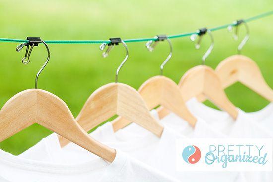 El doble de su capacidad de tender la ropa por secar la ropa en perchas uniformemente espaciadas sujeta con clips a mano.  Ver más en Perfectamente Organizada y yo Organizador del corazón »