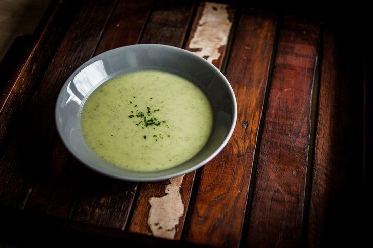 Heute ist Suppentag und da die Zucchini mich so angelacht hat, dachte ich an Zucchini-Creme-Suppe. Ist sehr easy umzusetzen und schmeckt gut. Also ran