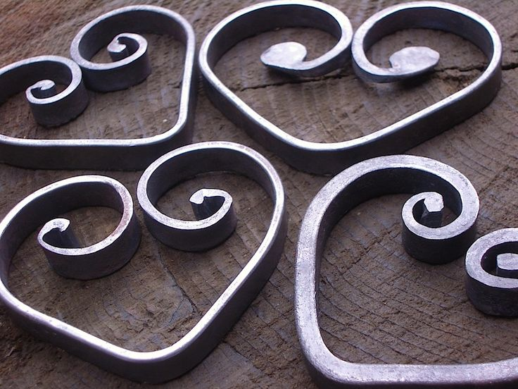 Smaller variations of heart trivets showcasing various hand formed scroll ends look great alone or in groups of four. These trivets are made using various scroll techniques that would traditionally be used in gate or screen designs. In place of legs, these smaller trivets are bent on edge… Continue reading →