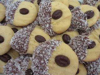MiRa Cakes: Fursecuri cu ciocolata si nuca de cocos