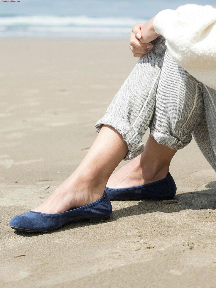 Comfortable ballet flats for all types of feet. See our recommendations! Featured here: Born Julianne #balletflats