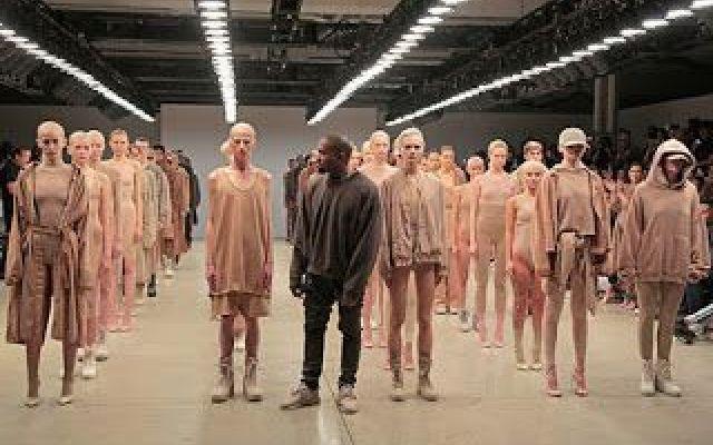 Kanye West e la sfilata di moda più brutta che ci sia Kanye West non è mai andato d'accordo con i media. Ma questa volta vogliamo schierarci dal lato dei media per l'ultima sfilata di Moda del famoso... cantante. Come potete vedere, i suoi abiti sembran #kanyewest #attualità #moda #vestiti