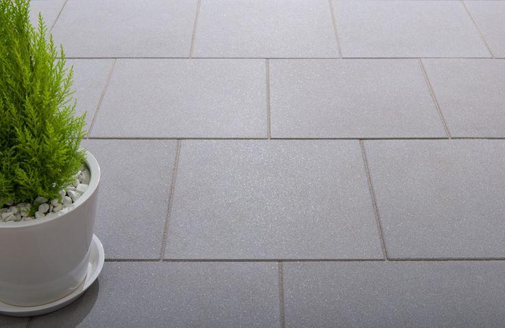 Vanity®-Platten - Quadratisch, elegant und modern. Die Vanity-Terrassenplatten im Format 60 x 60 cm sind mit ihren edlen satinierten Oberflächen und der eleganten Farbgebung die perfekte Ergänzung zum Vanity-System bestehend aus Pflastersteinen, Stufen und Gartenmauern.