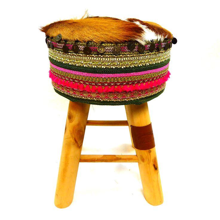 """Stool moroccan style springbok Deze """"Stool moroccan style springbok"""" is gemaakt van hout en afgewerkt met een Marokkaanse stijl stof. De bovenkant is bedekt met een heuse springbokhuid. Een sieraad voor het oog en het zit ook nog eens heerlijk! Twee vliegen in één klap. Echt weer Melissimo! Laat een bericht achterDelen.fballshare_left {float:left;}.fballshare { margin:..."""