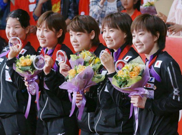 卓球世界選手権の団体戦で準優勝し、銀メダルを手に笑顔を見せる石川佳純(右)ら日本女子代表(5日、東京・国立代々木競技場) ▼5May2014日本経済新聞 日本女子、中国に敗れ43年ぶりVならず 世界卓球 http://s.nikkei.com/1j41NPn #team_Japan #2014_World_Table_Tennis_Championships #Kasumi_Ishikawa