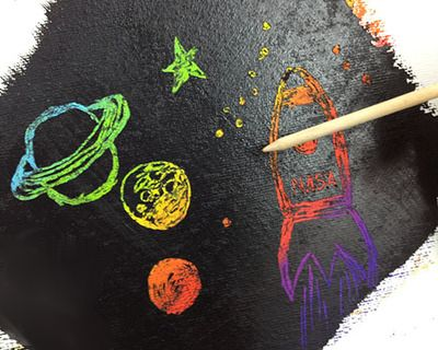Чтобы нарисовать рисунок на тему космос в технике граттаж, вам потребуются:  - белая бумага повышенной плотности (или картон) - цветные восковые мелки - гуашевая краска черного цвета или тушь - жидкость для мытья посуды - кисточка - любой острый предмет (деревянная шпажка, зубочистка, спица и т.п.)