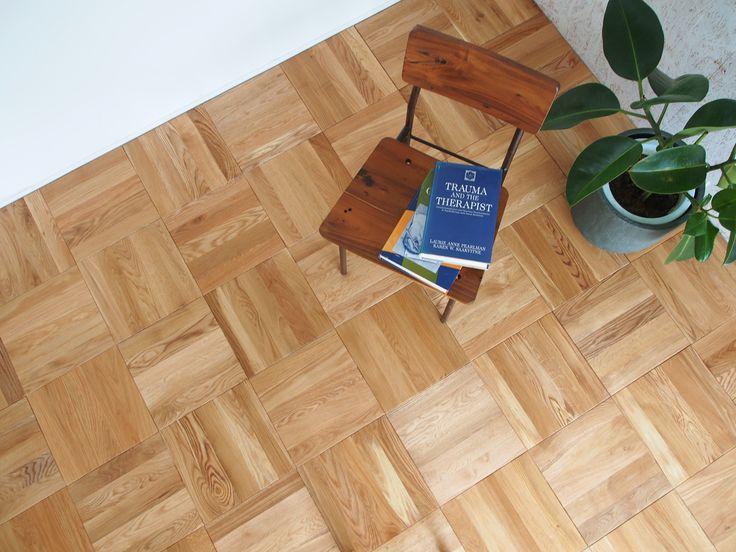 スクールパーケットは、かつての教室の床を彷彿とさせるパーケットフローリング。正方形を市松に織りなすシンプルなモザイクが貼り上がりの魅力です。