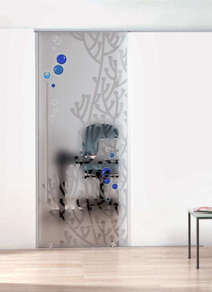 Porta scorrevole in vetro temperato. Decorazione: Incisione con dettagli dipinti a mano su fondo sabbiato