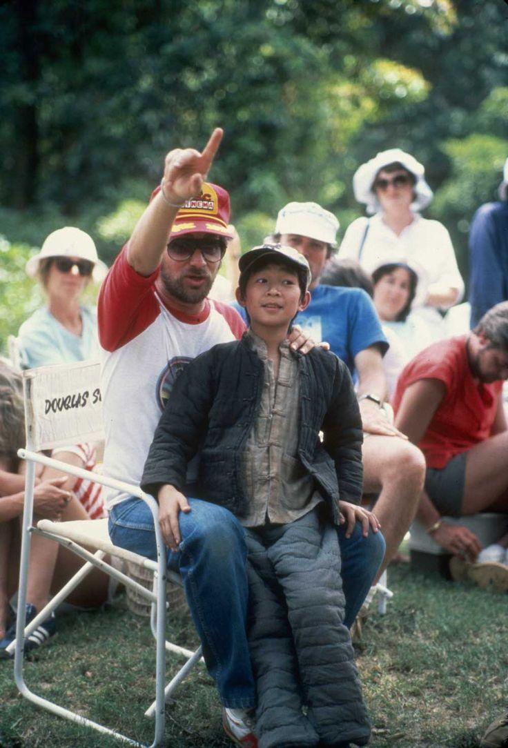 """Steven Spielberg dirigindo o pequeno Jonathan Ke Quan em """"Indiana Jones e O Templo da Perdição"""" (1984)"""
