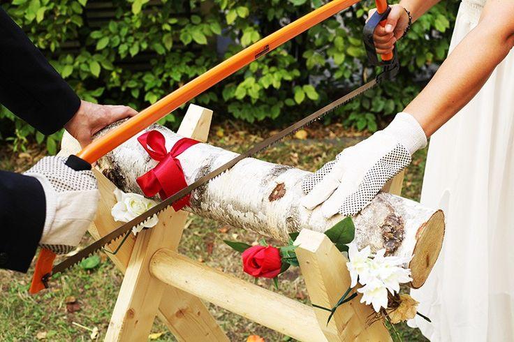 """Das Hochzeitsspiel """"Baumstamm sägen"""" ist ein Klassiker der Hochzeitsbräuche. Bestellen Sie jetzt das Komplett-Set für eine gelungene Hochzeit."""