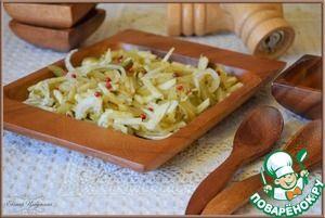 Салат-закуска из маринованных огурцов, яблока и лука