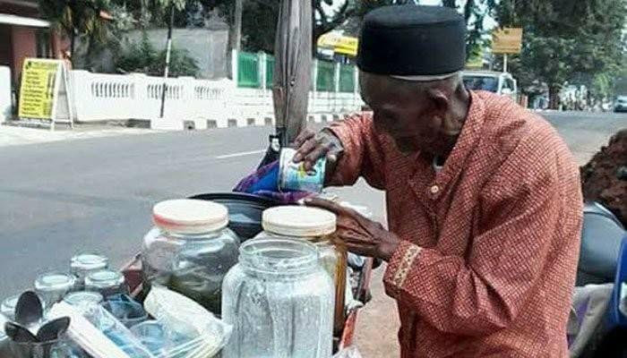 Kisah kakek tua penjual dawet..  SUATU hari ada seorang kakek penjual es dawet. Dia berjalan perlahan melewati pinggiran jalan raya yang penuh dengan truk dan mobil berkecepatan tinggi.  Dia tergesa-gesa mengejar adzan jumat yang akan berkumandang. Tinggal seratus meter lagi menuju masjid.   Bergegas ia memasuki pelataran masjid. Membasuh tubuhnya dengan air wudhu dan sesekali meminum air itu.  Saya memandangnya dari jauh. Saya lihat sesekali dia menoleh ke barang dagangannya. Takut ada yang…
