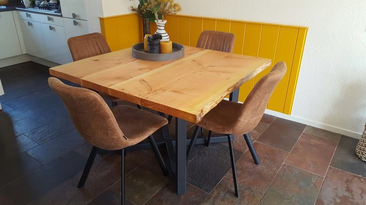 Vierkante, industriële tafel met mooi kruis onderstel, BERG24