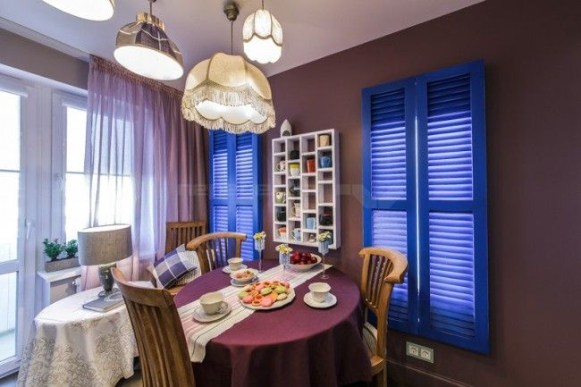 Обеденная зона на классической кухне и синие ставни