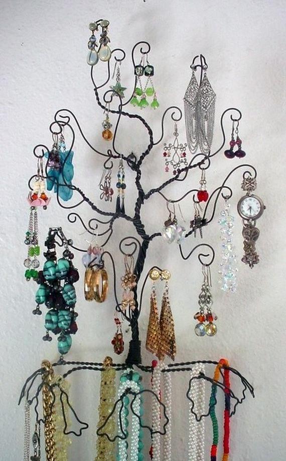 un arbre porte bijoux en métal peint