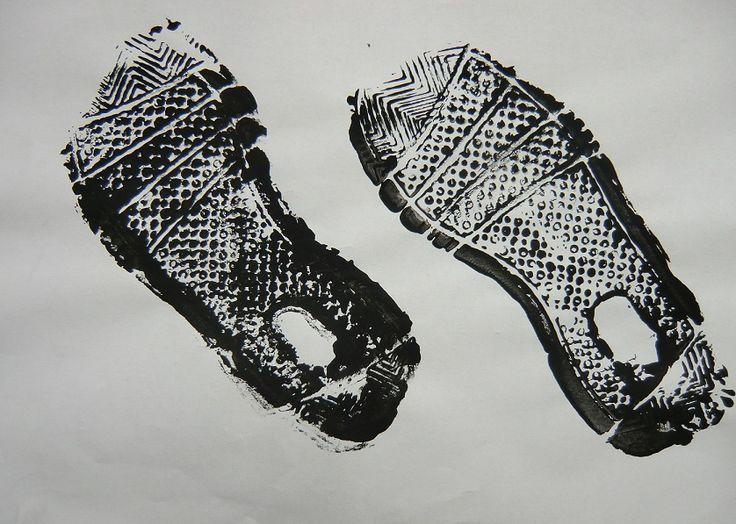 KAM NÁS STOPY ZAVEDOU - snímání povrchové textury podrážek bot, rozehrání akce se vzniklými artefakty (hra s otisky podrážek, výtvarná akce)