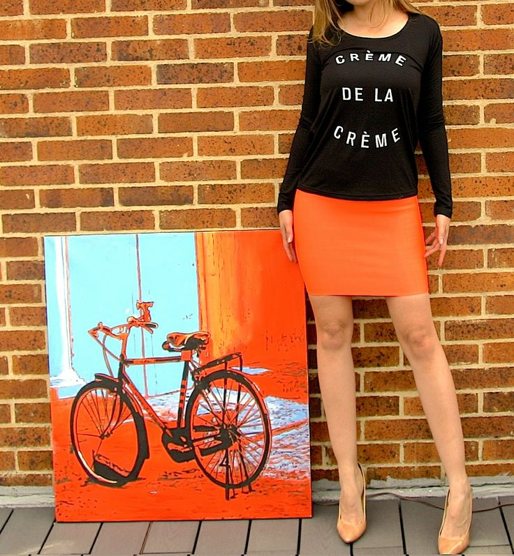 Blusa CREME DE LA CREME negra. Blouse, tshirt, black, white text, orange skirt, camel shoes, outfit, cool, fancy.  @R T  39.000