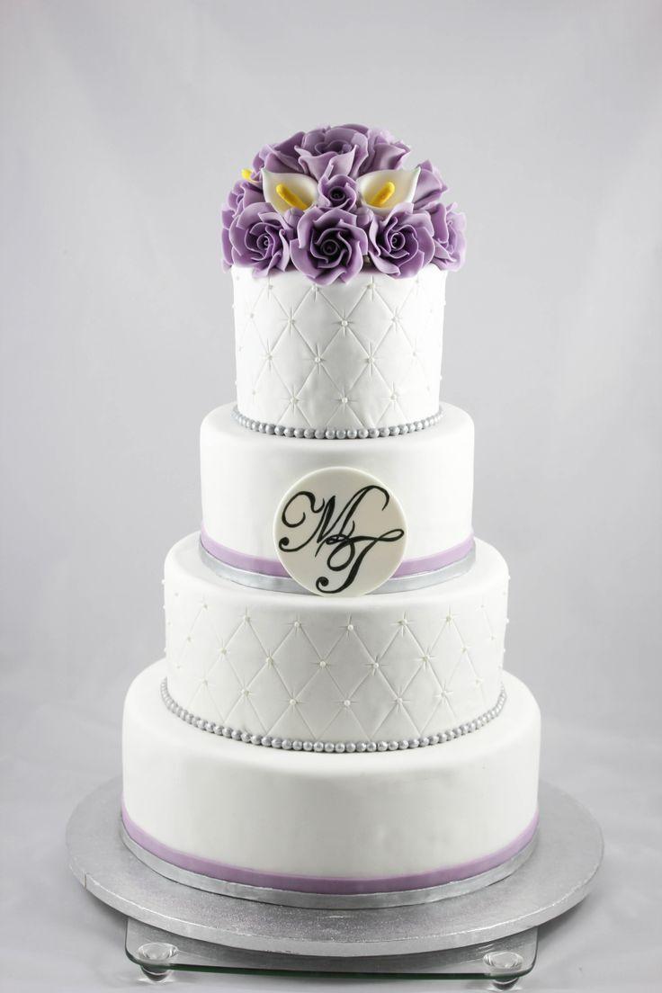 Bryllupskake med roser og calaliljer - hvit og lilla.